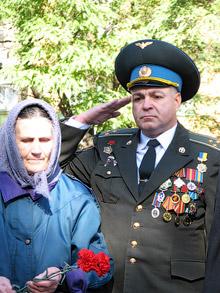 Мать погибшего воина-интернационалиста Т.И. Галкина и военком П.В. Титков