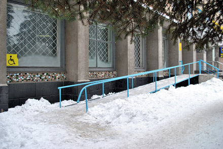 К зданию «Укрпочты» примыкает очень удобный пандус, а вот передвигаться по помещению колясочникам мешают высокие пороги