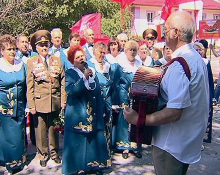 Депутаты, военные и другие гости мероприятия склонили головы перед  освободителями, поблагодарив их за мирное небо над головой.