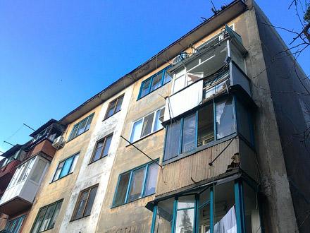 Упавшее дерево разрушило балконы пятиэтажки в красноармейске.