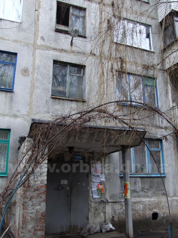 В Димитрове из окна подъезда выпала женщина.