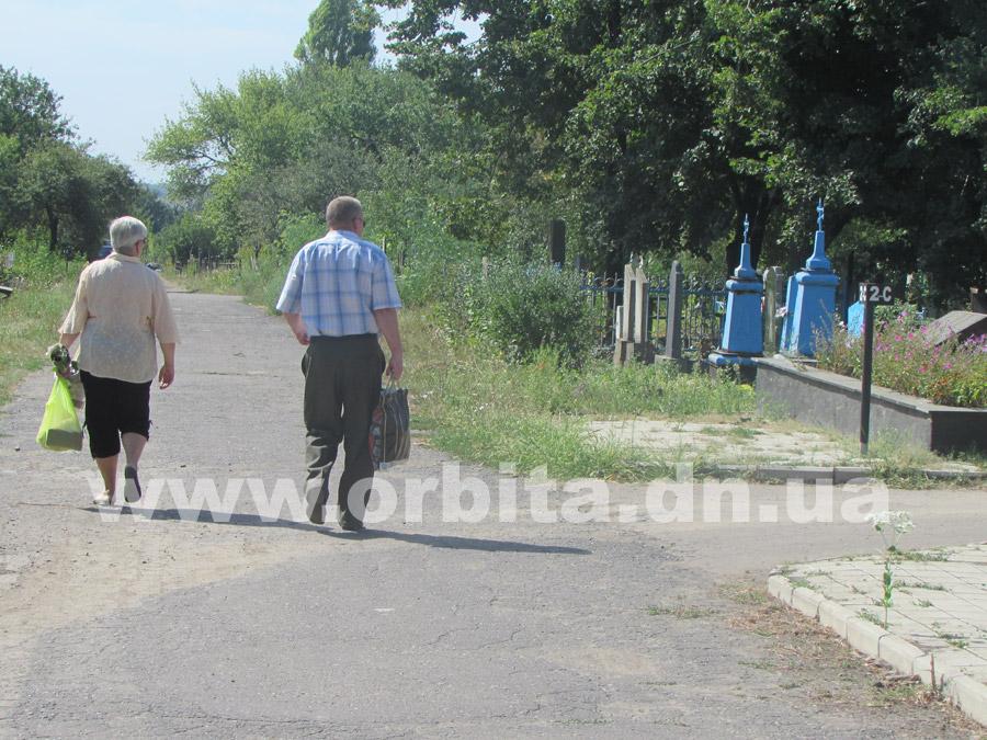 Удалить траву на кладбище - DEZ64 ru