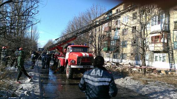 Взрыв в Украинске унес жизнь четырехлетней девочки, еще одного годовалого ребенка красноармейские спасатели ищут под завалами (фото) - фото 1