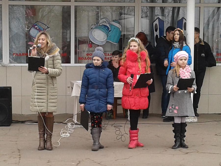 Димитровская молодежь подарила горожанам яркий флешмоб в преддверии женского дня (фото) - фото 1