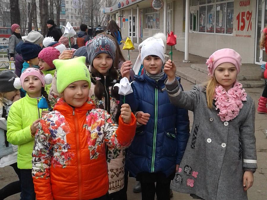 Димитровская молодежь подарила горожанам яркий флешмоб в преддверии женского дня (фото) - фото 5