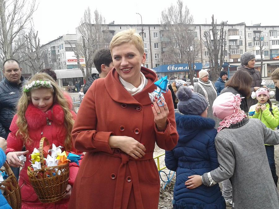 Димитровская молодежь подарила горожанам яркий флешмоб в преддверии женского дня (фото) - фото 7