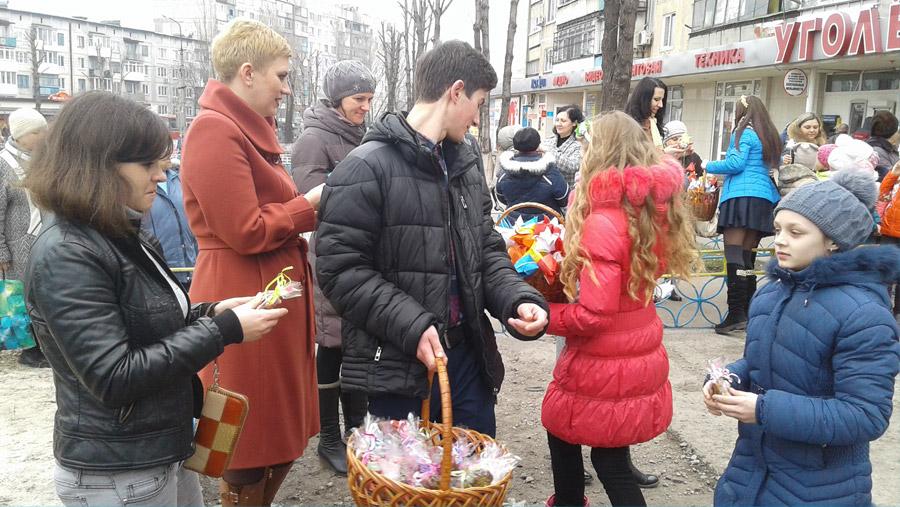 Димитровская молодежь подарила горожанам яркий флешмоб в преддверии женского дня (фото) - фото 6