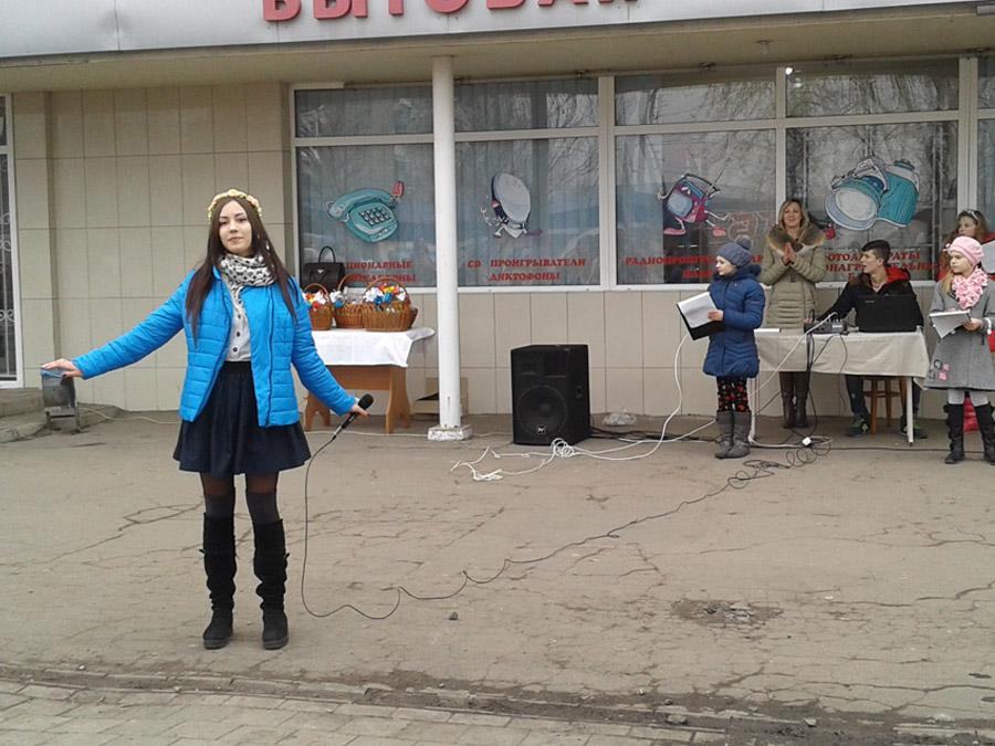 Димитровская молодежь подарила горожанам яркий флешмоб в преддверии женского дня (фото) - фото 2