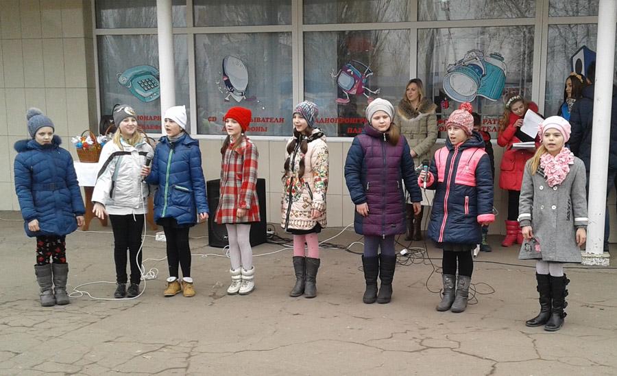 Димитровская молодежь подарила горожанам яркий флешмоб в преддверии женского дня (фото) - фото 3