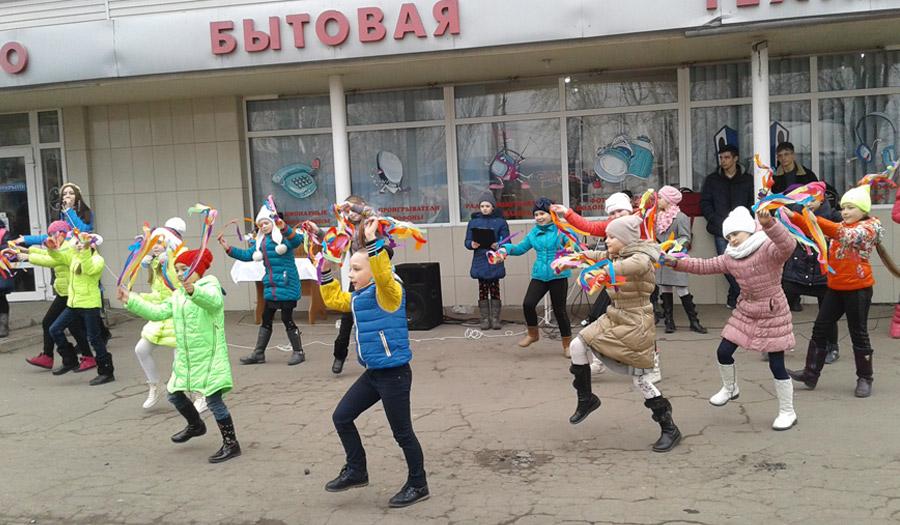 Димитровская молодежь подарила горожанам яркий флешмоб в преддверии женского дня (фото) - фото 4