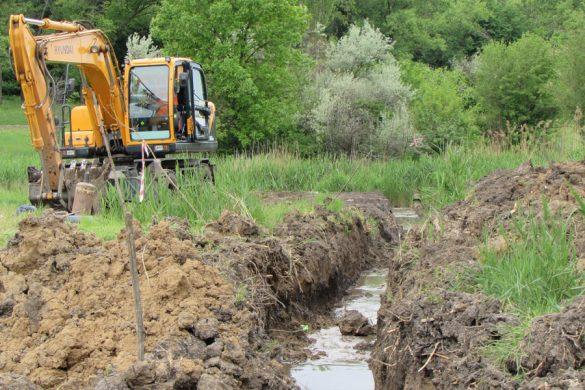 Покровский горводоканал проводит замену канализации в парке