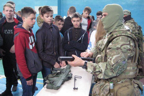 Ученикам ОШ №2 показали, из какого оружия стреляют на Донбассе