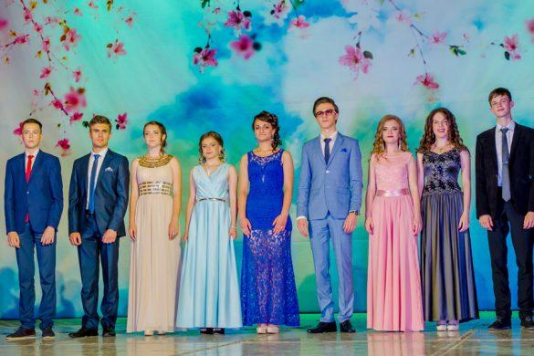 436 выпускников Покровска попрощались со школой