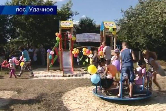 В рамках поддержки сел покровские власти подарили жителям Удачного детскую площадку