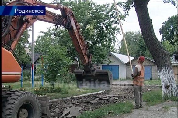 Силами Покровского горсовета в Родинском активно ведутся работы по благоустройству