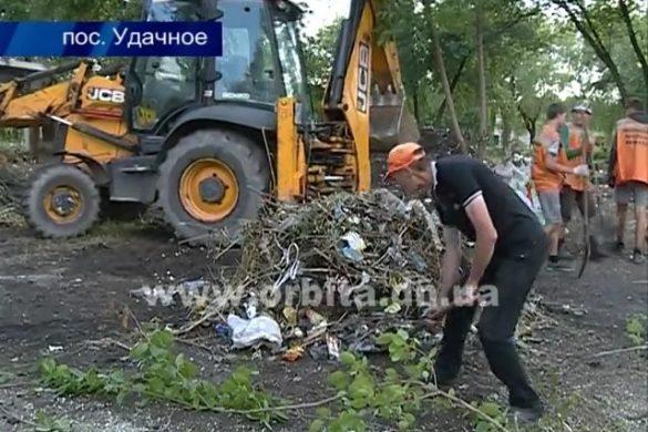 По инициативе мэра Покровска в Удачном провели масштабный субботник