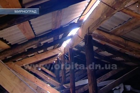 Ремонт длиной в два года: жители Мирнограда в ожидании новой крыши